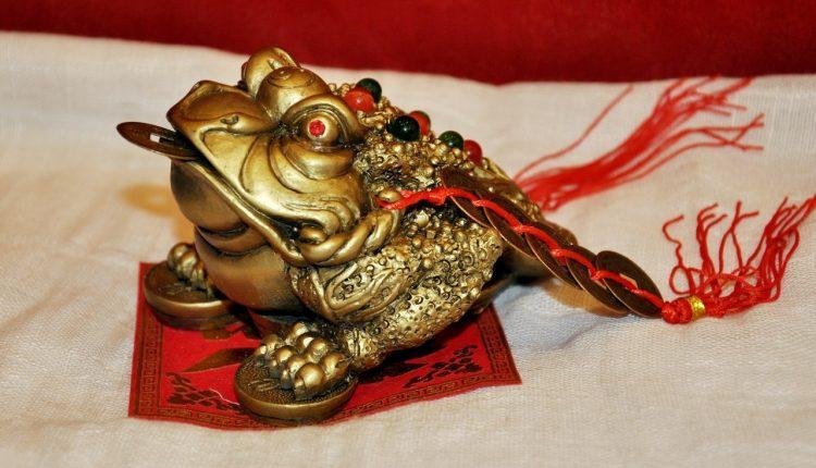 Жаба с красными нитками