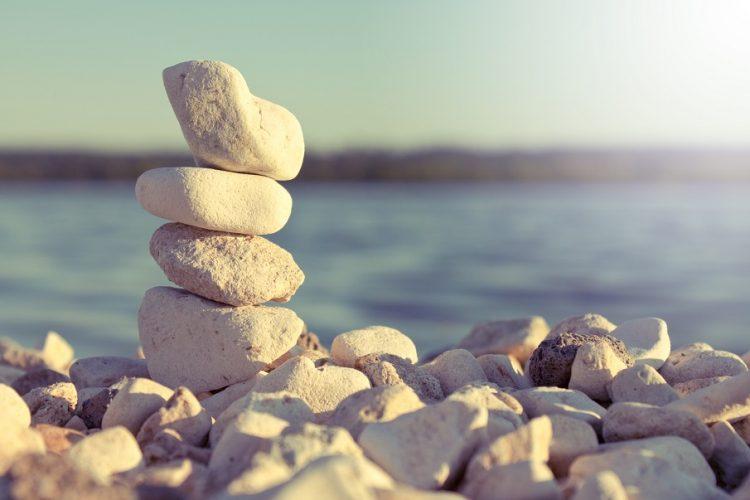 Камень у реки